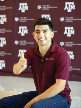 picture of roberto lopez giving a gig 'em